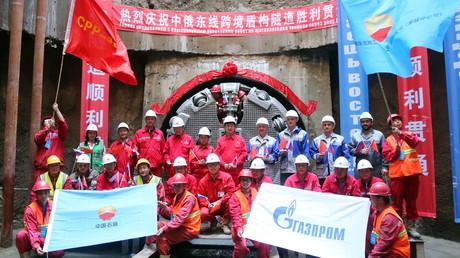 Les équipes de Gazprom et du géant chinois CNPC célèbrent la fin de la construction de la seconde section passant sous le lit du fleuve Amour du gazoduc Force de Sibérie qui relie la Russie à la Chine, début juin 2018.