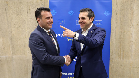 Le Premier ministre grec Alexis Tsipras serre la main de son homologue Zoran Zaev à un sommet à Sofia le 17 mai 2018.