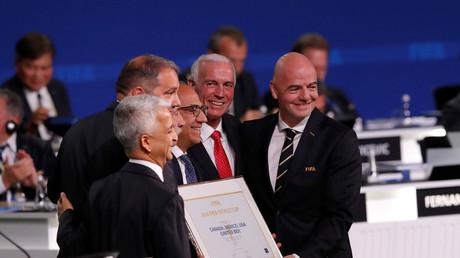 Le président de la FIFA Gianni Infantino (R) en compagnie des représentants des Etats-Unis, du Mexique et du Canada, qui ont tous trois obtenu l'organisation de la Coupe du monde 2026 le 13 juin 2018 à Moscou en Russie.
