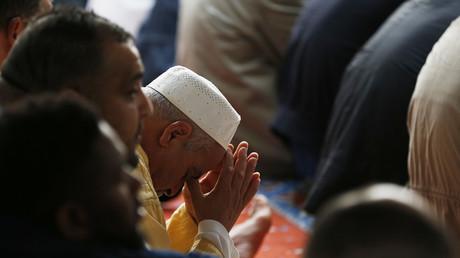 Fidèles musulmans priant dans une mosquée du Havre, images d'illustration.