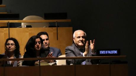Riyad Mansour, ambassadeur palestinien aux Nations Unies, applaudit l'adoption par l'Assemblée générale des Nations Unies d'une résolution condamnant le recours excessif à la force par les troupes israéliennes contre des civils palestiniens au siège de l'ONU à New York, le 13 juin 2018.