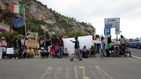 Des migrants attendent à la frontière franco-italienne près de Vintimille, en juin 2015