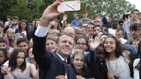 Emmanuel Macron prend un selfie avec des collégiens venus assister aux commemorations du 18 juin 1940 au mont Valérien, le 18 juin 2018