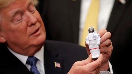 Donald Trump tenant dans sa main un jouet représentant un astronaute, à la Maison Blanche, le 11 décembre 2017, illustration