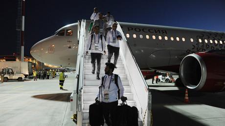 Les joueurs de l'Arabie saoudite sortent de l'avion dont un des moteurs a pris feu, le 19 juin 2018 à Rostov-sur-le-Don.
