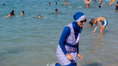 Une femme portant un burkini sur une plage marseillaise, août 2016, illustration