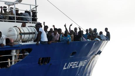 Des migrants sur le bateau Lifeline, sur la mer Méditerranée, le 21 juin 2018