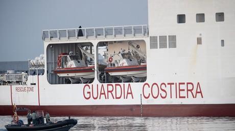 Un navire des garde-côtes italiens transportant les 630 migrants de l'Aquarius arrive au port de Valence, en Espagne, le 17 juin 2018