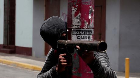Un manifestant se prépare à tirer avec une arme à feu artisanale sur la police antiémeute lors d'une manifestation contre le gouvernement du président nicaraguayen Daniel Ortega à Monimbo, au Nicaragua, le 12 mai 2018.