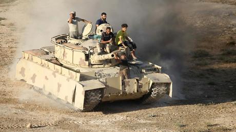 Les rebelles syriens sur un char à Deraa, dans le sud-ouest de la Syrie, le 23 juin 2018
