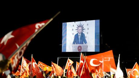 Le président turc Recep Tayyip Erdogan s'adresse à ses supporters à Istanbul le 24 juin 2018