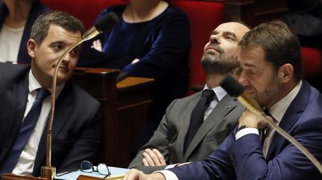 De gauche à droite : Le ministre français de l'Action publique et des Comptes, Gérald Darmanin, le Premier ministre français Edouard Philippe et le ministre français délégué aux Relations avec le Parlement Christophe Castaner, le 11 avril 2018 à l'Assemblée nationale à Paris.