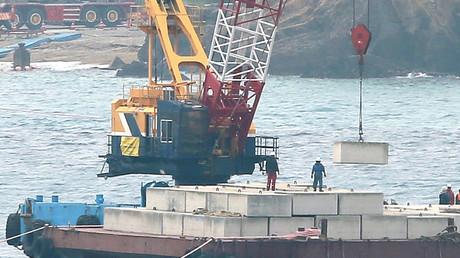 Des Japonais manifestent en canoë contre la relocalisation d'une base américaine à Okinawa