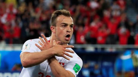 Le joueur suisse Xherdan Shaqiri célèbre son but face à la Serbie