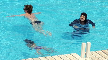 Une femme en burkini nage dans la piscine d'un hôtel de la ville tunisienne de Mahdia, le 31 août 2012 (Image d'illustration)