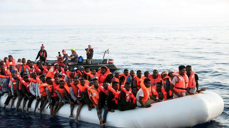 Des migrants recueillis par l'équipe du bateau Lifeline, le 21 juin 2018