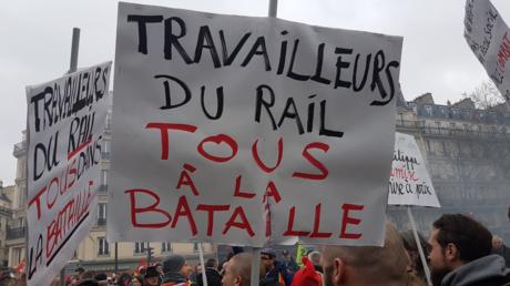 Des personnes défilent lors de la manifestation interprofessionnelle du jeudi 28 juin 2018 à Paris
