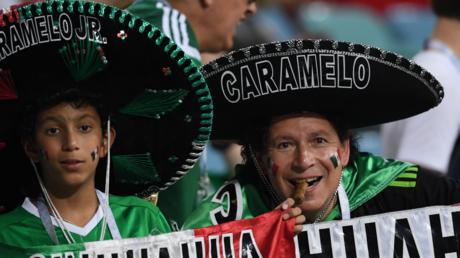 Des supporters mexicains fêtent la défaite de l'Allemagne près de l'ambassade sud-coréenne