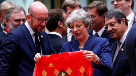 L'échange des maillots entre Charles Michel et Theresa May