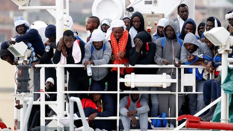 Des migrants à bord d'un navire de MSF attendent de débarquer dans un port de Sicile en 2016, photo ©REUTERS/Antonio Parrinello