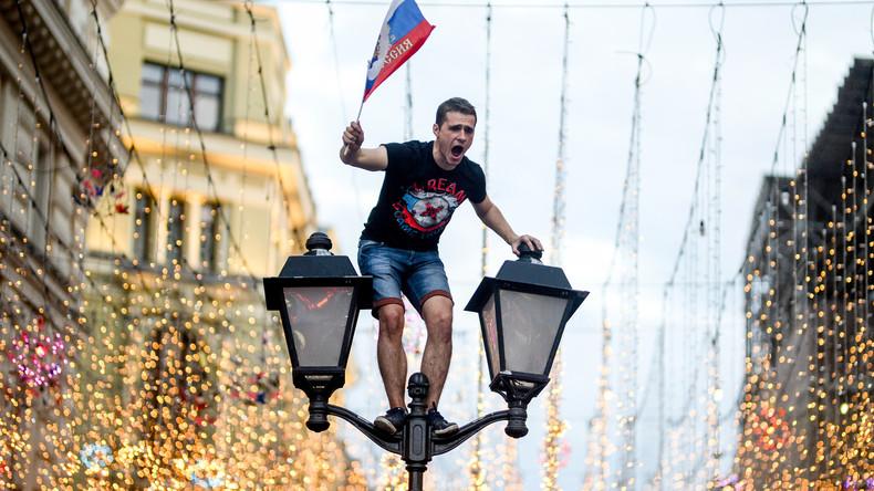 Les Russes en liesse après la qualification de leur équipe pour les quarts de finale (VIDEOS)
