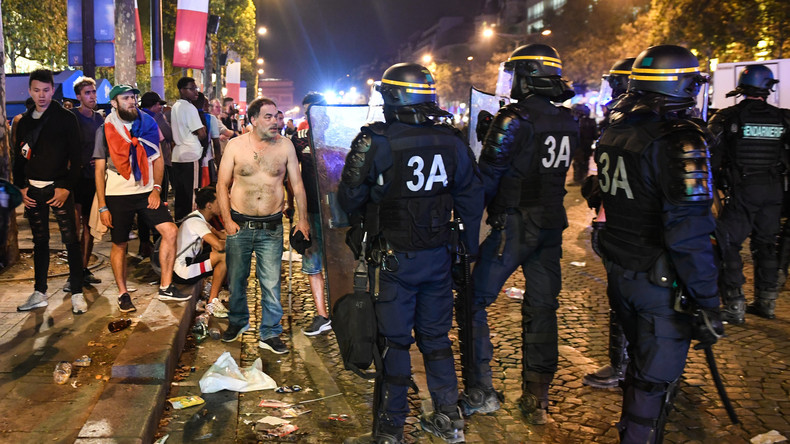 Incidentes violentos nos Champs-Elysées em Paris após a vitória do Blues