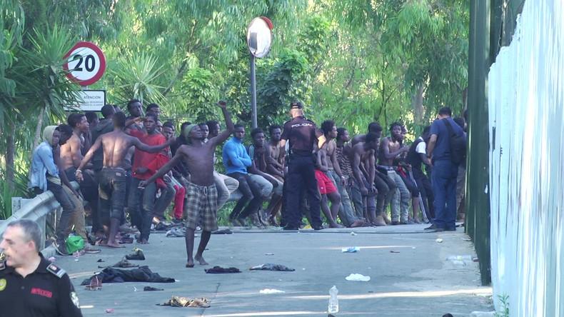 Armés de bâtons, plus de 700 migrants prennent d'assaut la frontière espagnole à Ceuta (VIDEOS)