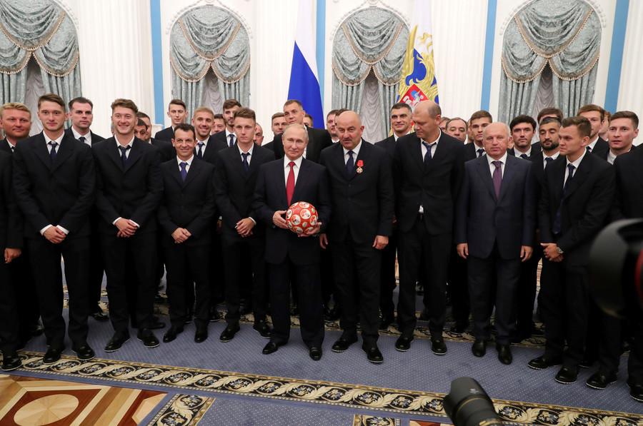 L'entraîneur de la Russie décoré de l'Ordre d'Alexandre Nevski par Vladimir Poutine (VIDEO)