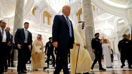 Le président américain Donald Trump marche avec le roi Salmane Ben Abdulaziz Al Saoud lors du sommet islamo-américian à Riyad, en Arabie saoudite le 21 mai 2017.