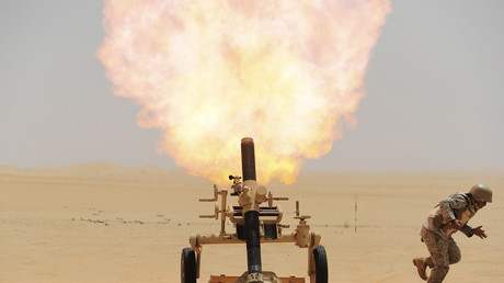 Illustration : un soldat saoudien lance un obus sur des positions de Houthis au Yémen, en avril 2015