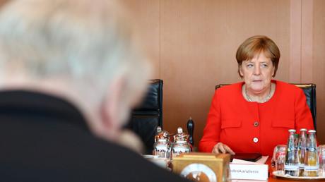 Le ministre allemand de l'Intérieur Horst Seehofer et la chancelière Angela Merkel assistent à la réunion hebdomadaire du cabinet à la chancellerie de Berlin, en Allemagne, le 27 juin 2018.