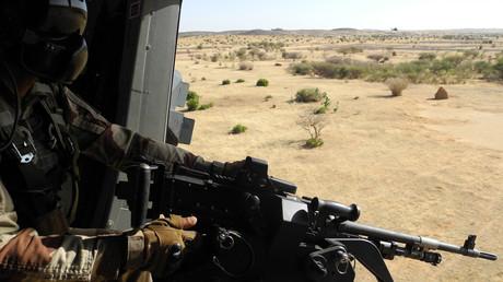Un soldat de la mission française Barkhane tient une arme alors qu'il patrouille le 1er novembre 2017 dans le centre du Mali, dans la zone frontalière avec le Burkina Faso et le Niger (illustration)