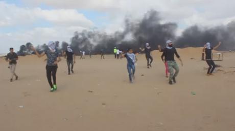 Grande danse du retour : des Palestiniens effectuent un dabkeh au son des balles à Gaza (VIDEO)