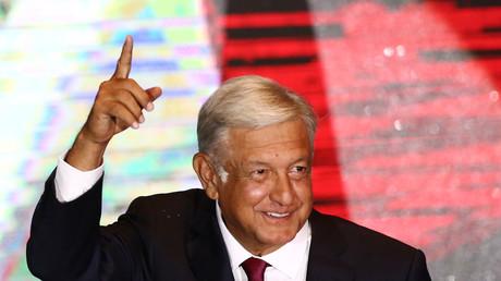 Le candidat à la présidence Andres Manuel Lopez Obrador salue ses partisans après sa victoire aux élections présidentielles, à Mexico, le 1er juillet 2018.