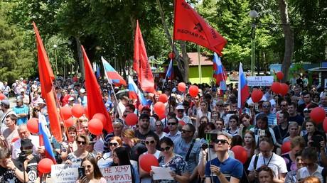 Manifestation contre le relèvement de l'âge du départ à la retraite à Tchéliabinsk (Oural), le 1er juillet 2018. On distingue les drapeaux rouges du Parti révolutionnaire des travailleurs de Russie.