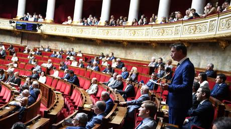 Image d'illustration : un député Les Republicains (LR) s'exprime devant l'Assemblée nationale le 27 juin 2018 lors d'une session de questions au gouvernement