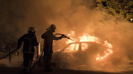 Les pompiers luttent contre les feux de voitures, ici dans le quartier Malakoff à Nantes, dans la nuit du 3 au 4 juillet