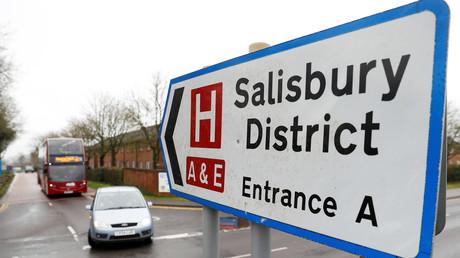 Un panneau de signalisation indique la direction de l'hôpital du district de Salisbury  en Grande-Bretagne.