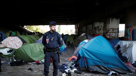 Un policier lors de l'évacuation d'un campement de migrants à Paris, 30 mai 2018, illustration