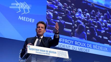 Geoffroy Roux de Bézieux, nouveau président du Medef, prend la parole à la tribune de l'assemblée générale de l'organisation patronale, à Paris, le 3 juillet 2018, jour de son élection.
