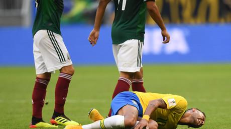 Neymar au sol lors du match contre le Mexique