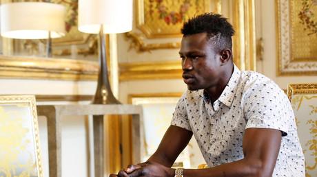 Mamoudou Gassama vient de signer son contrat chez les pompiers