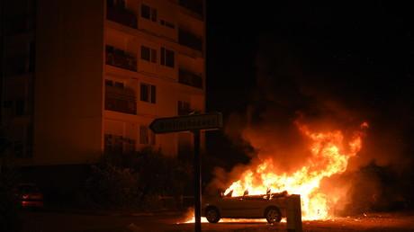 Nantes : quatrième nuit de violences, le policier mis en examen (IMAGES)