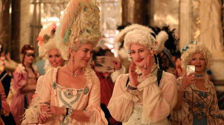 Image d'illustration : deux personnes habillées en costume d'époque lors des  «Fêtes Galantes» à Versailles, le 28 mai 2018.