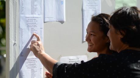 Le 6 juillet 2018, Ranitea Gobrait montre à sa mère son nom sur la liste des bacheliers de Papeete