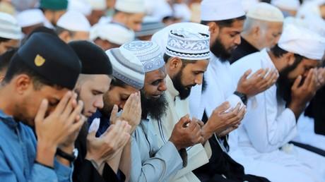 Des musulmans prennent part à la prière marquant la fin du ramadan et le début de l'Aïd al-Fitr à Saint-Denis de la Réunion, le 15  juin 2018