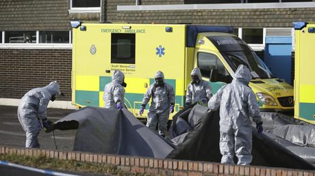 Des membres des services d'urgence en combinaison de protection couvrent des ambulances avec des bâches à l'hôpital de Salisbury après l'empoisonnement de  Sergueï Skripal et sa fille Ioulia, le 10 mars 2018 (Image d'illustration)
