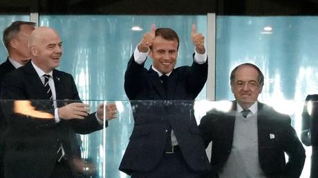 Emmanuel Macron célébrant le but marqué par Samuel Umtiti en demi-finale de la Coupe du monde de football.