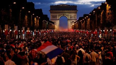 Mondial : les Français célèbrent leur victoire sur la Belgique sur les Champs-Elysées (VIDEO)