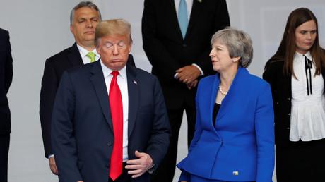 Le président américain Donald Trump et le Premier ministre britannique Theresa May posent pour une photo de famille au début du sommet de l'OTAN à Bruxelles, en Belgique, le 11 juillet 2018.